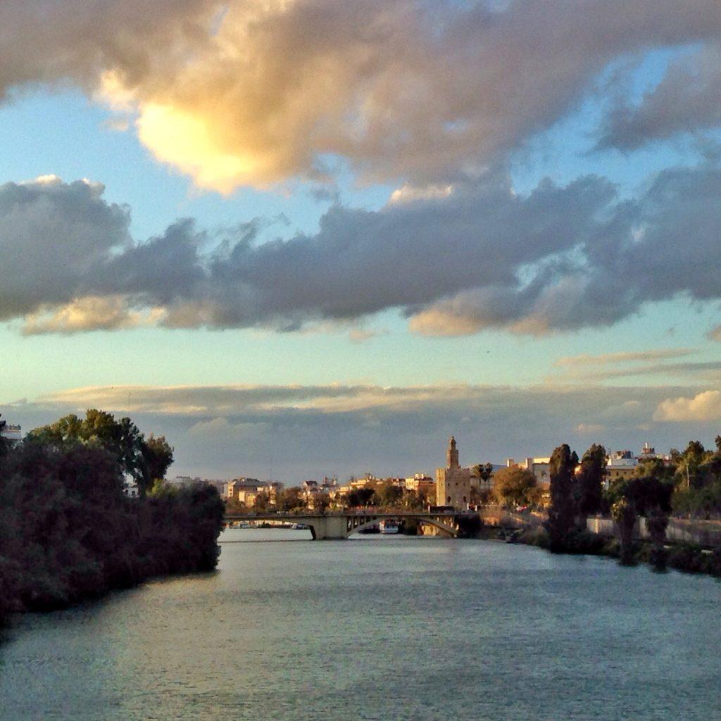 el puente y el cielo de sevilla