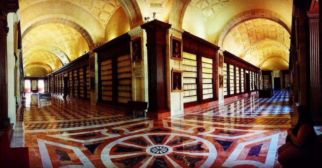 pasillos del archivo de indias