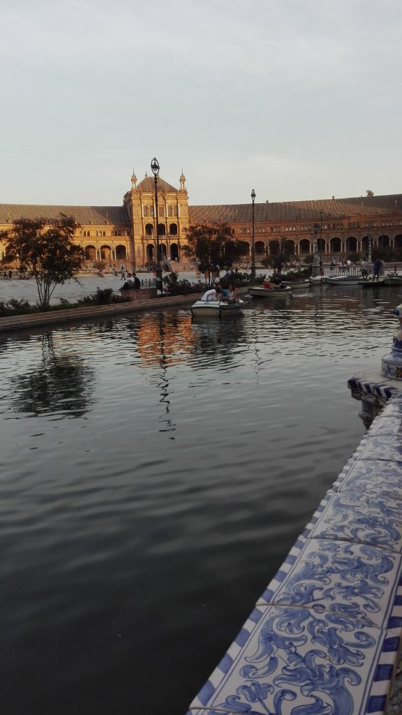 paseo por la plaza de espana