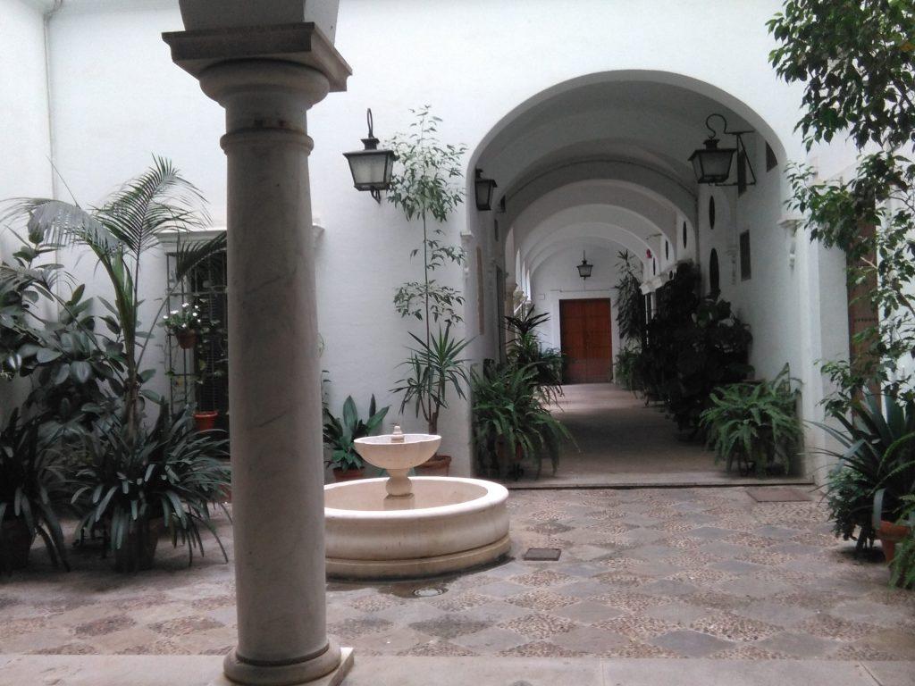 un rincon con duende en el acceso a la plaza del cabildo de sevilla