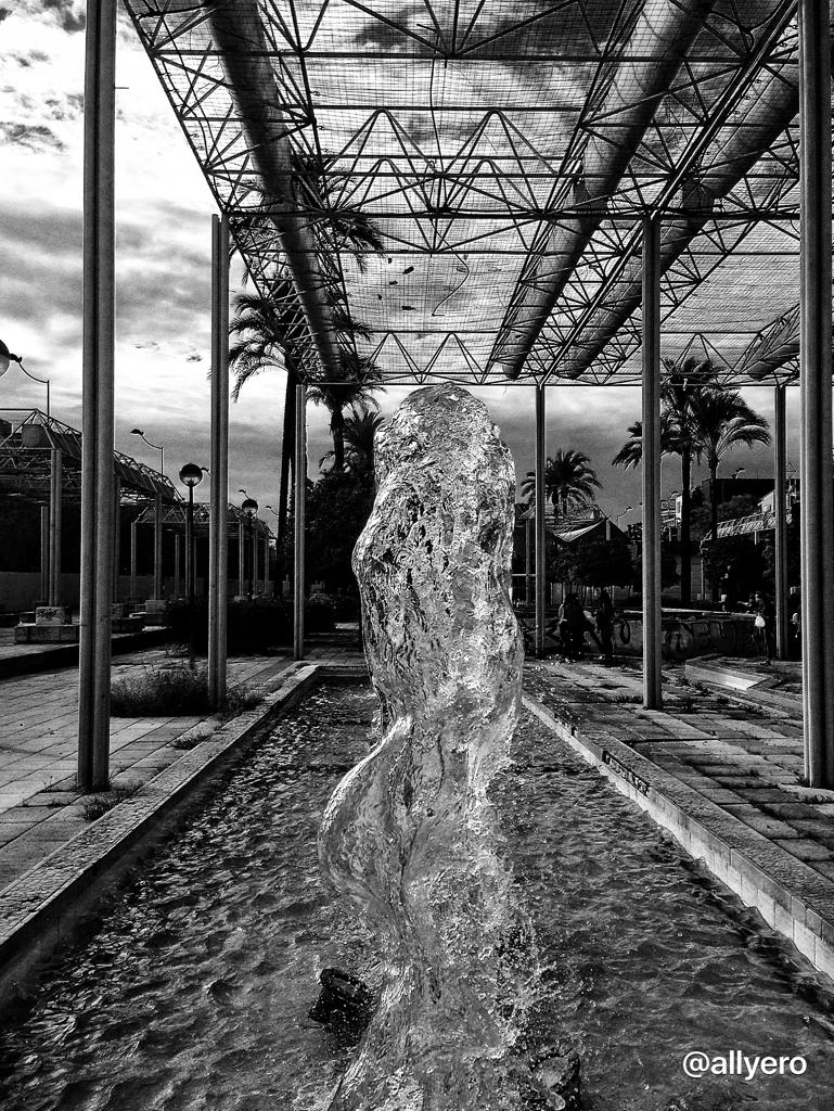 agua con forma de mujer