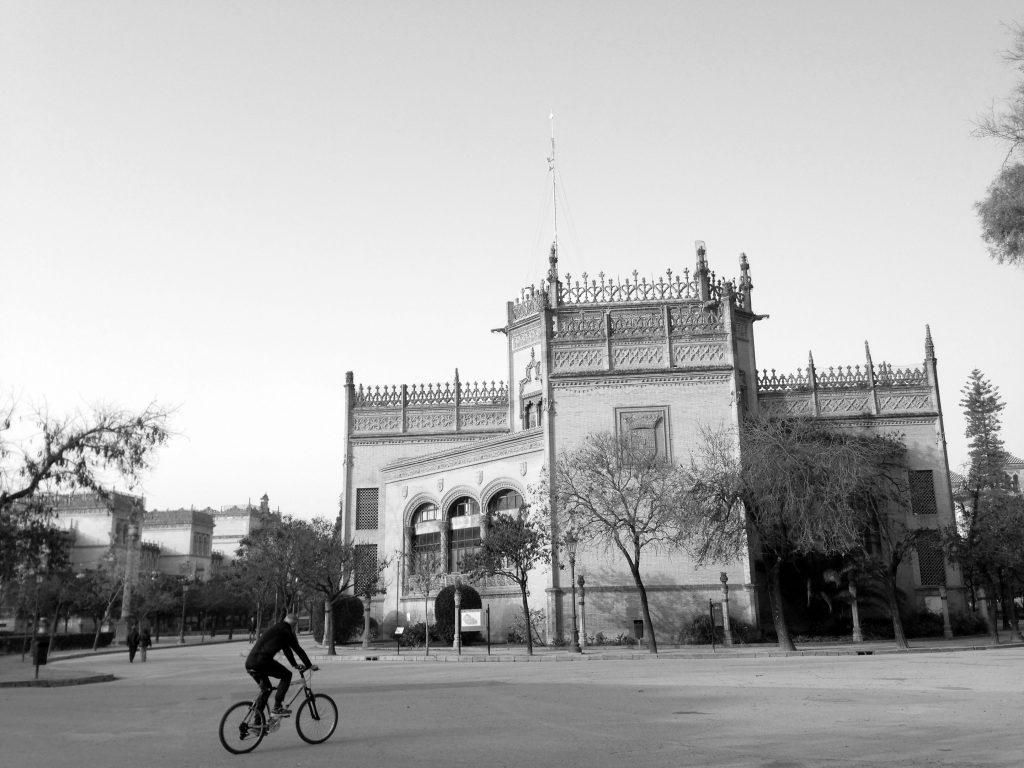 paseo en bici por el parque de maria luisa