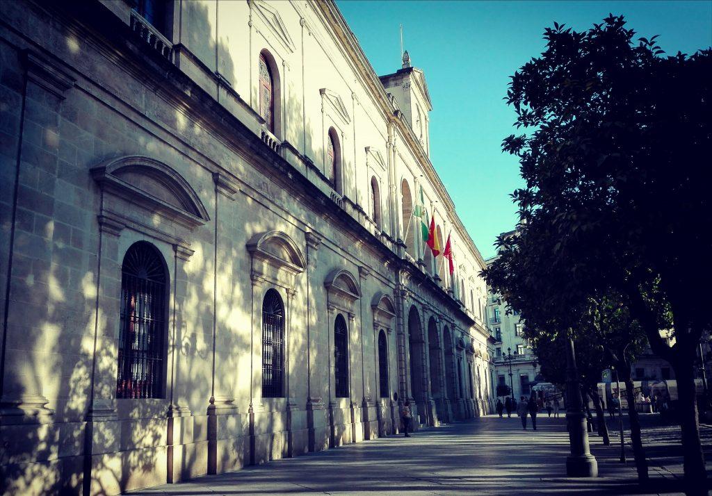 fachada neoclasica de la casa consistorial de sevilla