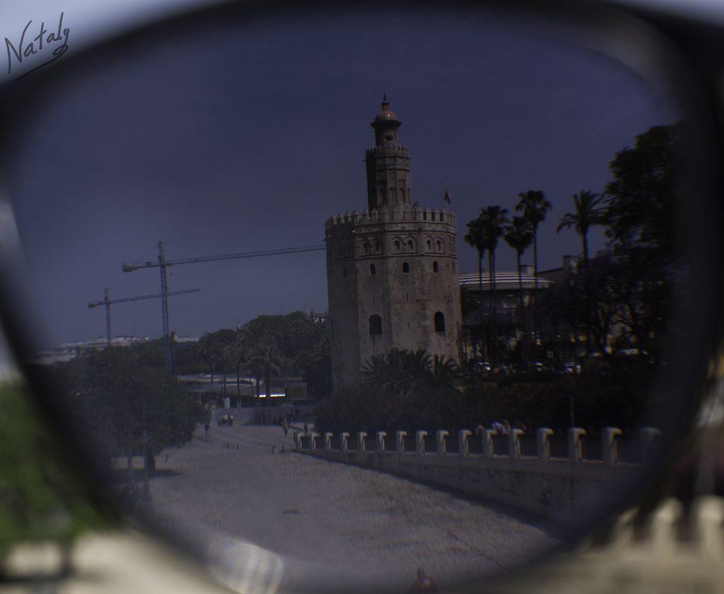 la torre del oro a traves de unas gafas