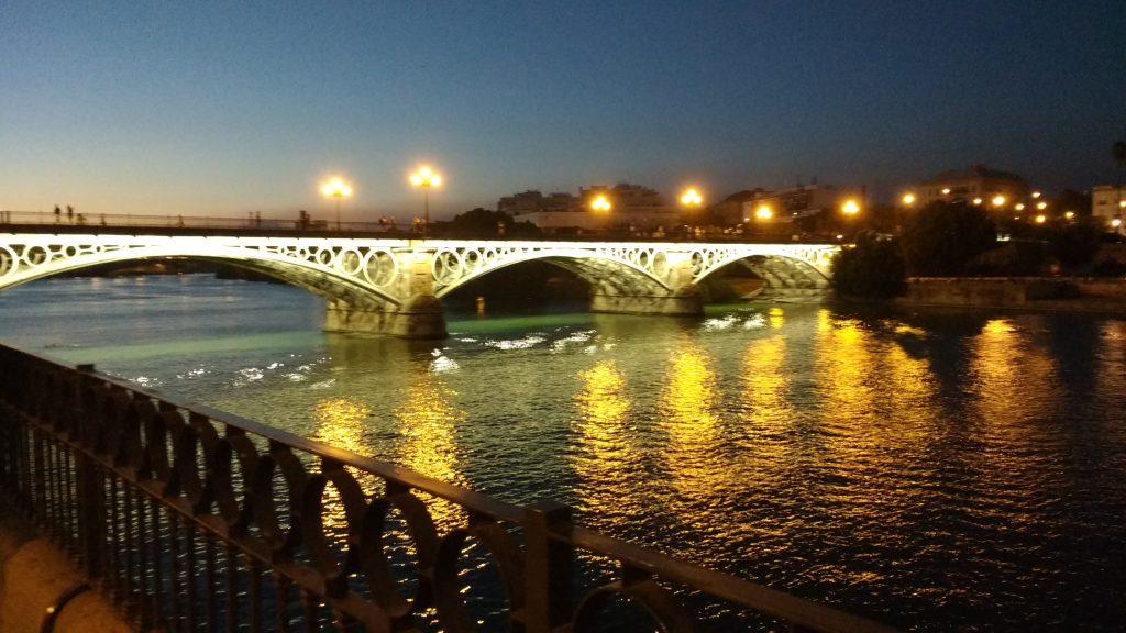 calle betis y puente de triana