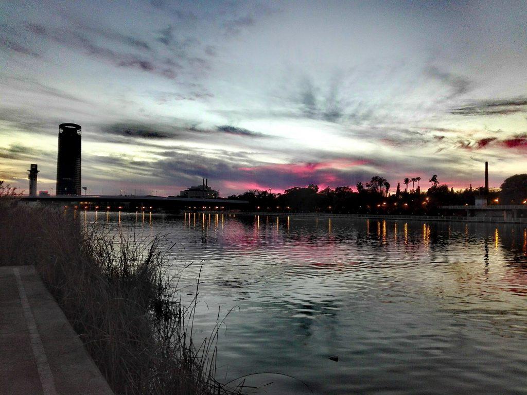 anochecer en el rio