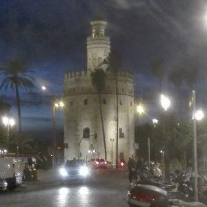 torre del oro de anochecida